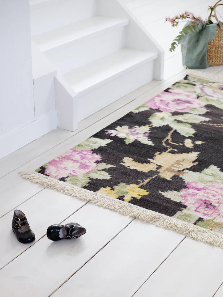 Brauner / gelber  Röllakan / dorri - Teppich in einem Flur