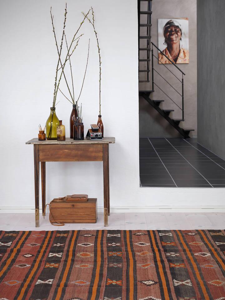 Brauner / gelber  Kelim halbantik türkei - Teppich in einem Flur