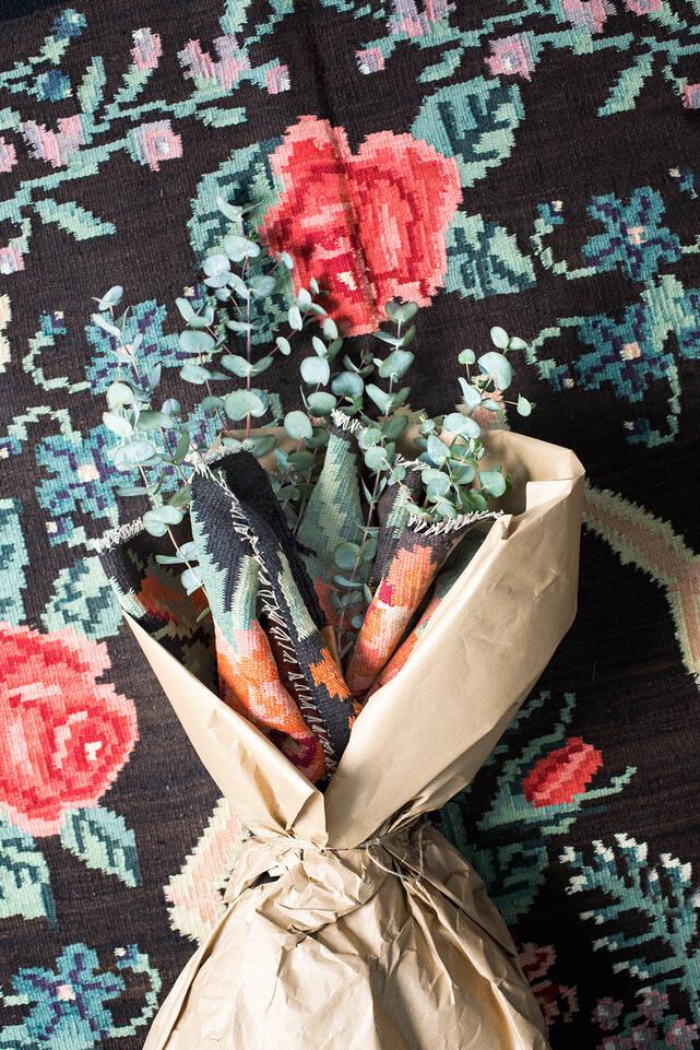 Brauner / gelber  Kelim rosen moldavia - Teppich in einem Flur