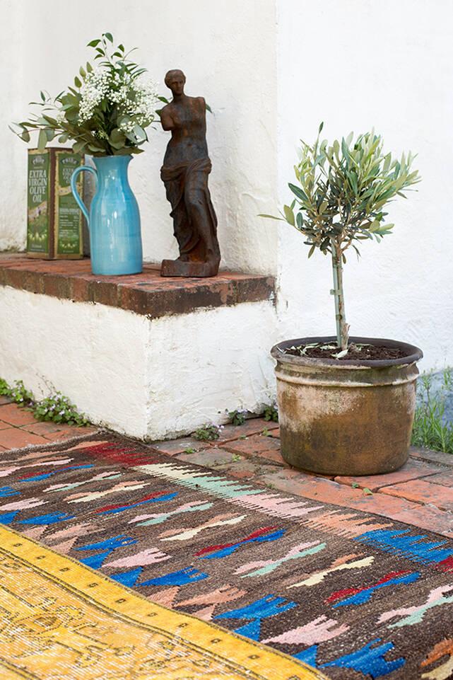 Brauner / gelber  Colored vintage - turkiet - Teppich in einem Flur
