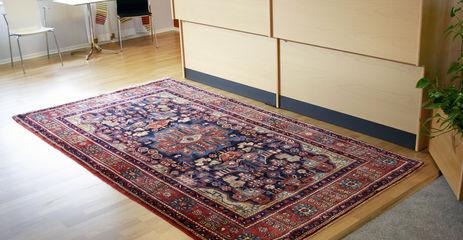 Roter  Nahavand - Teppich in einem Büro