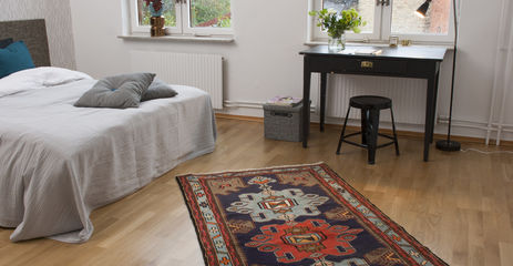 Schwarzer / grauer  Hamadan - Teppich in einem Schlafzimmer